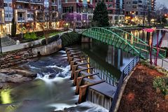 Reedy River Greenville South Carolina vor Sonnenaufgang lizenzfreies stockbild
