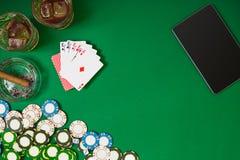 Reeks aan het spelen pook met kaarten en spaanders op groene achtergrond Royalty-vrije Stock Fotografie