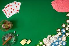 Reeks aan het spelen pook met kaarten en spaanders op groene achtergrond Stock Afbeelding