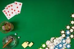 Reeks aan het spelen pook met kaarten en spaanders op groene achtergrond Stock Afbeeldingen