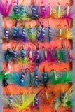 Reeks aas van multi-colored veren voor visserij, close-upachtergrond stock afbeelding