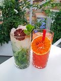 Reeks alcoholcocktails in een bar Groene MOJITO-cocktail en CAMPARI-sinaasappel stock foto