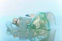 Reeks apparaten voor inhalatie op blauw stock foto
