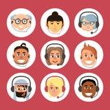 Reeks beeldverhaalavatars van mannen en vrouwen van verschillende nationaliteiten en leeftijden met een hoofdtelefoon royalty-vrije illustratie