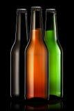 Reeks bierflessen op zwarte achtergrond wordt geïsoleerd die Stock Fotografie
