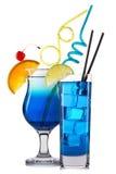Reeks blauwe cocktails met decoratie van vruchten en kleurrijk die stro op witte achtergrond worden geïsoleerd Royalty-vrije Stock Afbeeldingen