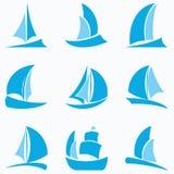 Reeks blauwe zeilbootpictogrammen op witte achtergrond Stock Afbeelding