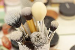 Reeks borstels in een glas voor het toepassen van make-up hulpmiddelen en inrichtingenmake-upkunstenaar royalty-vrije stock afbeeldingen
