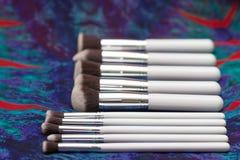 Reeks borstels voor make-up op bohoachtergrond Stock Fotografie