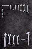 Reeks bouwhulpmiddelen, moersleutels en moersleutels op zwarte Royalty-vrije Stock Foto