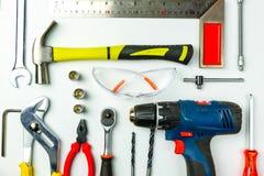 Reeks bouwhulpmiddelen op witte achtergrond als moersleutel, hamer, stock afbeeldingen