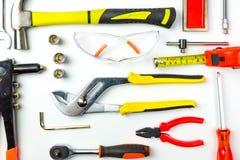 Reeks bouwhulpmiddelen op witte achtergrond als moersleutel, hamer, stock foto