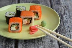 Reeks broodjes op de plaat met gember, wasabi en eetstokjes Stock Foto