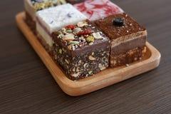 Reeks cakes op een houten raad stock foto's