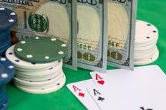 Reeks casinospaanders, geld en pookkaarten Stock Afbeeldingen