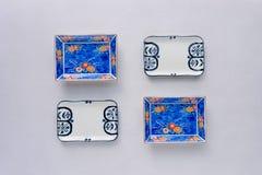 Reeks ceramische schotels op lijstachtergrond Hoogste mening royalty-vrije stock afbeelding