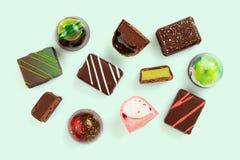 Reeks coloful luxe met de hand gemaakte bonbons op pastelkleur groene achtergrond royalty-vrije stock foto