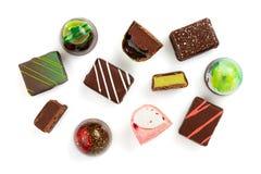 Reeks coloful luxe met de hand gemaakte bonbons op witte achtergrond stock afbeeldingen