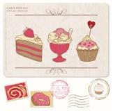 Reeks cupcakes op oude prentbriefkaar met zegels Stock Afbeeldingen