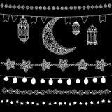 Reeks de hand getrokken slingers van het krabbelkrijt, verlichting, met maan, sterren, vlaggen en Arabische lantaarns Geïsoleerde vector illustratie