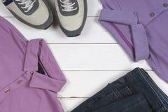 Reeks de kleding en schoenen van mensen op houten achtergrond Sportent-shirt en tennisschoenen in heldere kleuren Hoogste mening Stock Fotografie