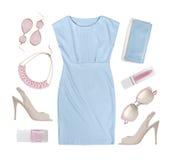 Reeks de kleren en toebehoren van de zomervrouwen op wit worden geïsoleerd dat Stock Afbeelding