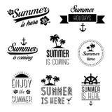 Reeks de typografieetiketten van de de zomervakantie, tekens en ontwerpelementen - de zomer is hier Royalty-vrije Stock Afbeeldingen