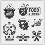 Reeks de uitstekende emblemen van de voedselstudio, etiketten en ontwerpelementen Kokende klasse, kokende cursussen, culinaire sc stock illustratie