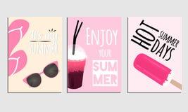 Reeks de zomeraffiches met de zomerelementen op roze backround Vectorillustratie met typografie Stock Foto's