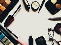 Reeks decoratieve schoonheidsmiddelen voor oogmake-up met exemplaarruimte stock afbeeldingen