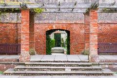 Reeks deuropeningen in een openbare tuin royalty-vrije stock foto's