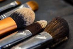 Reeks die make-upborstels stopt dichte oppervlakte de liggen royalty-vrije stock foto