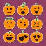 Reeks diverse Halloween-pompoenen op purpere achtergronden royalty-vrije illustratie