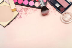 Reeks diverse make-upproducten in roze toon Royalty-vrije Stock Afbeeldingen