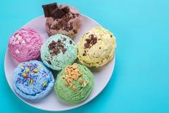 Reeks diverse op smaak gebrachte roomijslepels met noten, chocolade Stock Afbeeldingen