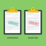 Reeks documenten op het klembord De druk wordt goedgekeurd of weigering Belastingaangifte of kredietdocument Bedrijfsdocumentatie Royalty-vrije Stock Foto's