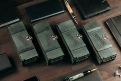 Reeks dure militaire pennen in houten dozen royalty-vrije stock foto's
