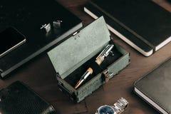 Reeks dure militaire pennen in houten dozen royalty-vrije stock afbeeldingen