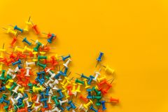 Reeks duwspelden in verschillende kleuren thumbtacks Hoogste mening Op gele achtergrond royalty-vrije stock foto