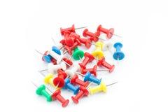 Reeks duwspelden in verschillende kleuren thumbtacks Op geïsoleerde achtergrond royalty-vrije stock foto's