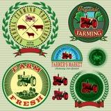 Reeks etiketten met een tractor voor vee en gewas stock illustratie