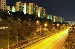 Reeks flats door een snelweg Royalty-vrije Stock Afbeeldingen