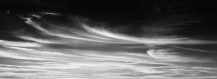 Reeks geïsoleerde wolken over zwarte achtergrond De elementen van het ontwerp Witte geïsoleerde wolken Knipsel gehaalde wolken Stock Fotografie