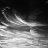 Reeks geïsoleerde wolken over zwarte achtergrond De elementen van het ontwerp Witte geïsoleerde wolken Knipsel gehaalde wolken Stock Foto