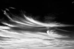 Reeks geïsoleerde wolken over zwarte achtergrond De elementen van het ontwerp Witte geïsoleerde wolken Knipsel gehaalde wolken Stock Afbeelding