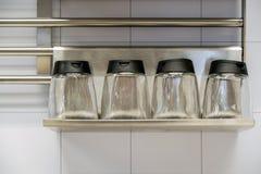 Reeks geassorteerde kleurrijke die poederkruiden in glasfles op witte achtergrond wordt geïsoleerd stock foto's