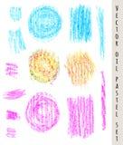 Reeks gekleurde pastelkleurvlekken en borstelslagen Hand getrokken ontwerpelementen De vectorillustratie van Grunge Pastelkleurkl Royalty-vrije Stock Afbeeldingen