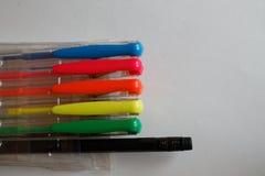 Reeks gekleurde pennen op Witboek, achtergrond royalty-vrije stock foto's