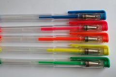 Reeks gekleurde pennen op Witboek, geïsoleerde achtergrond Royalty-vrije Stock Afbeelding