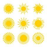 Reeks gele die symbolen van het zonpictogram op wit wordt geïsoleerd vector illustratie